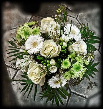 Blumenstrauß in weiß/grün